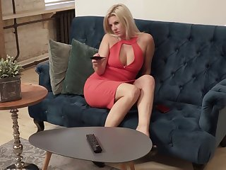Gilded hottie Jessica Best is masturbating will not hear of aged pussy on an obstacle couch