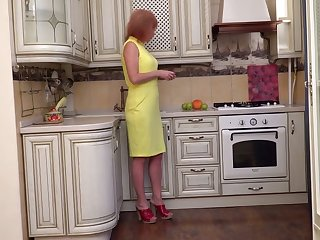 Mature suggestive housewife Silvia wanna fingerfuck pussy on the floor