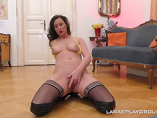 Natural tits MILF Lara in leather boots playing with her old cunt