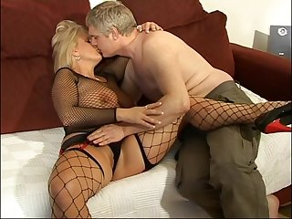 Amateur having it away on the sofa with MILF Robyn Ryder in fishnet